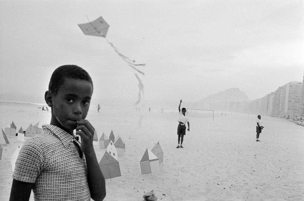 René Burri,  Brazil, Rio de Janeiro, Copacabana beach , 1958.   © René Burri/Magnum Photos. René Burri Foundation courtesy Musée de l'Élysée.