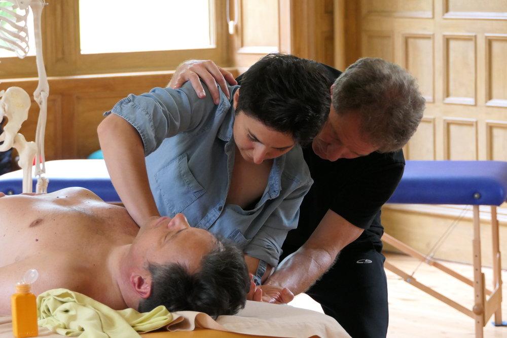 Massagen zu geben und zu empfangen sollte so gewöhnlich sein wie Trinken und Essen. Und Singen und Tanzen. Das zumindest ist unsere Vision.