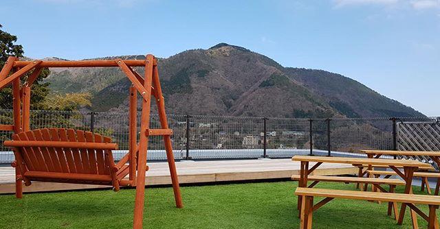 いやあ!屋上気持ちいい! . 夏の箱根は、涼しいですよ! . 都内の喧騒から離れて、自然の中でゆっくりすごしませんか?🍃 . It feels good on the rooftop! . Hakone in summer is cool! . Apart from bustle of Tokyo, do not you spend your time in nature? . . #ゲストハウス #旅行好きな人と繋がりたい #旅行好き  #ホステル #箱根 #箱根旅行 #大自然 #写真好きな人と繋がりたい #自然好き #guesthouse #travel #backpacker #japan #japantrip #hakone #japan_of_insta #hotsprings #nature #japan_daytime_view #芦ノ湖 #カメラ好きな人と繋がりたい #温泉デート #強羅 #強羅公園 #彫刻の森美術館 #hakoneshrine #箱根登山鉄道 #箱根神社 #インスタ映え