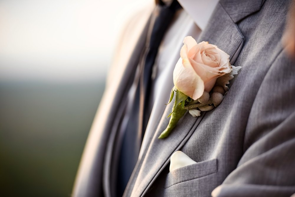 les fleurs : groom boutonniere : champagne rose, dusty miller and silver brunia