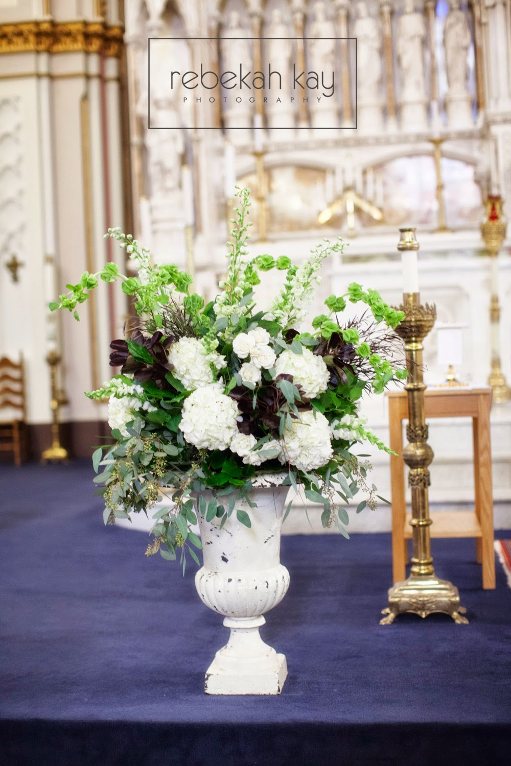 les fleurs : rebekah kay photography : white garden urn : ceremony arrangements : white hydrangea : white and green