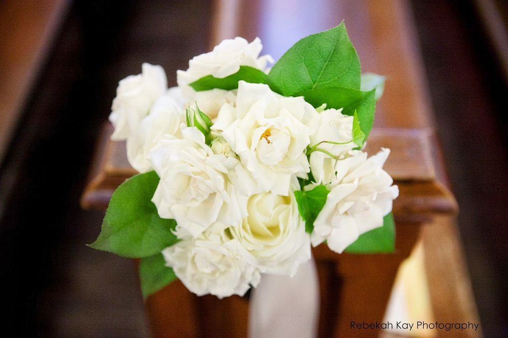 spray rose pew clusters : church flowers : les fleurs