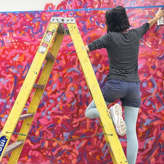 So happy to finish 2018 with a mural made by 120 people! Something that can only be achieved by Participatory Design Process. Thank you, @moska_mm for always being my partner in crime and taking this cool picture of me doing what I love. A huge thanks also  for @tipsfiacaracas and @zavarcegerardo for always supporting us and our creative beings. Great 2018. Get ready, 2019.