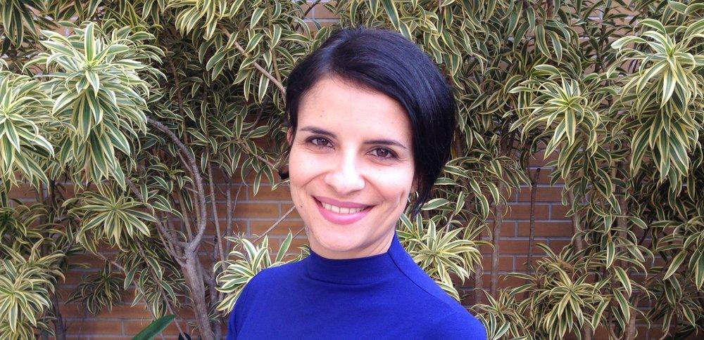 Roberta Perdomo   Sócia fundadora da  Aqto Consultoria Relacional , é Coach Ontológico, Facilitadora e Consultora de RH. Atuou como Gerente de RH na P&G e tem mais de 10 anos de experiência como facilitadora de programas de desenvolvimento de líderes. Nos últimos anos, atuou em empresas como Itaú Unibanco, Scania, Atlas Copco, Raia Drogasil, Allianz, Resultados Digitais e DOT Droup. É praticante de Mindfulness desde 2017 e parceira da Maestria Plena para programas de liderança consciente e inteligência emocional.