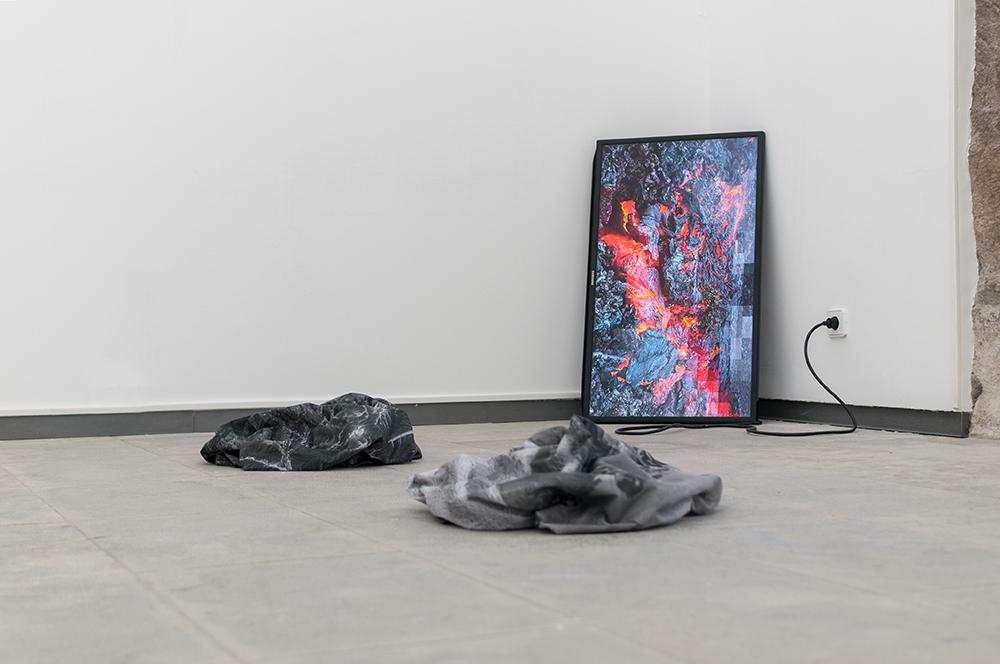 Magma Metadata  Exibição da Instalação na Exposição Matter / Non_Matter Group no Museu MAH, Açores.  Com curadoria de no.stereo e projetos TAL 2017, Gif em LCD, Telas, Tintura em Vela Sintética