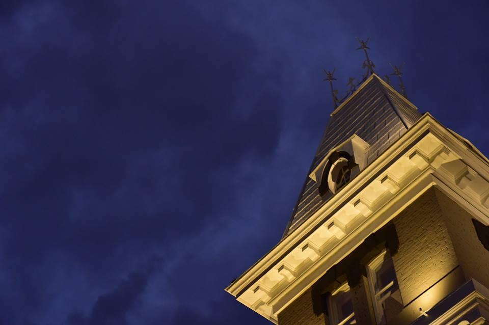 L'éclairage architectural vise à mettre en valeur un édifice  et assurer une atmosphère lumineuse adéquate pour les usagers. La mise en lumière d'un bâtiment permet de définir ses traits architecturaux, de sécuriser les espaces environnants et d'embellir sa structure la nuit venue.  La conception de l'éclairage extérieur des bâtiments dépend surtout de leur utilisation et de l'importance visuelle de leur composition.  L'approche en éclairage architectural consiste à visualiser un édifice comme une sculpture , additionner d'un éclairage fonctionnel et sécuritaire. Il faut toujours tenir compte des utilisateurs des lieux et des différents points de vue. Il doit donc être conçu comme un ensemble, en jumelant composantes architecturales avec l'environnement.  L'intensité, la position et le choix des luminaires extérieurs pour une structure architecturale est capital.  Il faut savoir trouver l'équilibre entre l'échelle et le style . Les lampes extérieures utilisées doivent avoir un beau look le jour et donner un effet idéal la nuit, sans compromis sur leur durabilité. Nos éclairages extérieurs, par l'utilisation de contrôles appropriés, nous permet de nuancer la lumière, son intensité et sa couleur afin de créer une empreinte lumineuse nocturne harmonieuse.  Notre accès à tous les modèles de projecteurs extérieurs nous permet de créer des systèmes adaptés à tous les projets. Les luminaires, équipements et accessoires que l'on suggère pour nos réalisations sont  modernes et à la fine pointe de la technologie . L'avènement de l'éclairage DEL depuis quelques années est remarquable. Les lumières DEL sont éco énergétiques et nous permettent de créer d'innombrables effets différents. De plus, grâce à leur taille réduite, il est plus facile de dissimuler les projecteurs et de cacher les sources lumineuses. La consommation en énergie de l'éclairage extérieur LED est négligeable et la durabilité en est grandement accrue, comparativement aux éclairages traditionnels, parfois encor