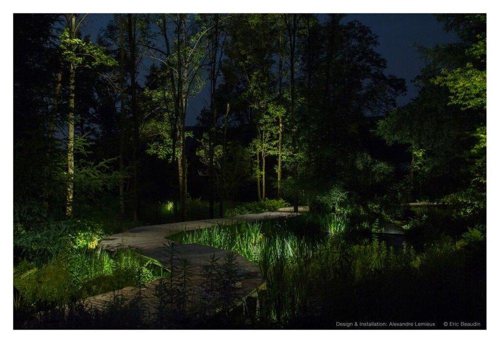 La lumière a la capacité de transformer l'espace. Elle suscite l'émotion, rend l'environnement confortable et sécuritaire. Une scène bien composée peut ajouter, romance, mystère, drame ou exaltation.  L'éclairage paysager offre une incroyable expansion du bien-être, tant pour les propriétés résidentielles que commerciales. Il rend les espaces extérieurs fonctionnels la nuit et ajoute une atmosphère souvent magique. Toutefois, pour produire un éclairage efficace et harmonieux, il est nécessaire d'avoir des compétences et une bonne planification. Cumulant plus de vingt ans d'expérience, l'équipe de LuxReflexion a su se tailler une place dans l'industrie de l'éclairage extérieur, travaillant de concert avec les architectes paysagers, designers d'intérieur, architectes, entrepreneurs et, bien sûr, les propriétaires.  Chaque projet d'éclairage extérieur commence par l'analyse des besoins et du contexte. En tant que concepteurs, nous introduisons la lumière d'une manière organisée et créons des scènes de nuit, en mettant en valeur les plus beaux éléments, à partir des paysages existants. Nos connaissances nous permettent de comprendre les effets des différents types de sources lumineuses, lesquels choisir, l'importance de l'esthétisme des appareils, leur durabilité dans un environnement extérieur difficile, les types de contrôles disponibles et le système électrique nécessaire. Les spots extérieurs ou les lampadaires traditionnels sont éblouissants et agressifs comparativement aux éclairages par réflexion que nous créons. Lorsque les sources lumineuses sont soigneusement dissimulées, le climat est nettement plus reposant, sans compromettre l'aspect sécuritaire et fonctionnel.  Les deux grands objectifs de l'éclairage paysager sont ; la sécurité et l'esthétisme.  Sécurité: L'éclaire extérieur paysager doit apporter une vision claire de tous les éléments et obstacles potentiels environnants que ce soit des escaliers, un bord de lac ou de piscine, un sentier, des jouets lais