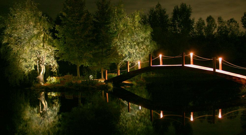 Éclairage paysager, pont et étang