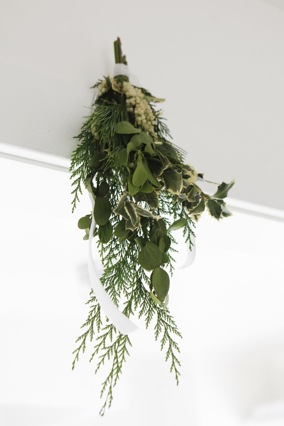 holiday-decor-ideas-mistletoe.jpg