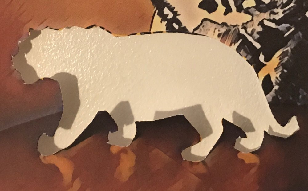 Tigern faluröd med vita knutar, dalahästmålad, samt med naziarmbindel.