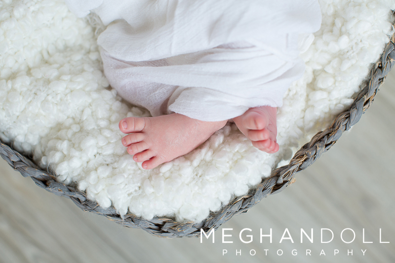 tiny-newborn-toes-in-white-fluffy-blanket