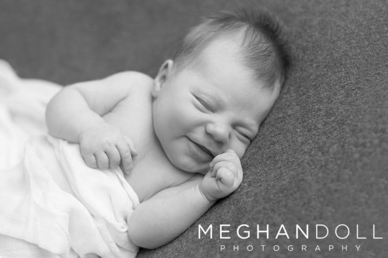 newborn-baby-smiling-sleeping-black-and-white