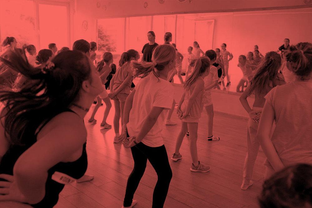 Hip Hop Deti 2 - Druhá detská skupina je tiež pre deti vo veku od 6-9, ktoré sa už tancu pred tým venovali. O presune do tejto skupiny rozhoduje Laci Strike a tréneri buď na zápise alebo v priebehu sezóny.