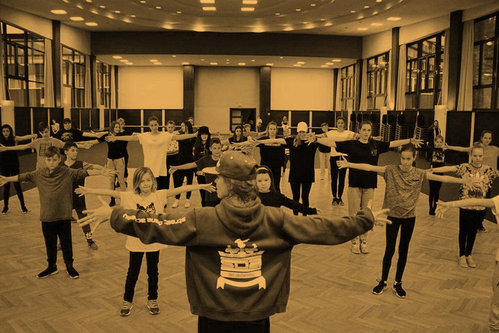 Stred a Pokročilý - Skupiny v SDA, do ktorých sa nedá prihlásiť. Tréneri sem iba na základe výkonu na tréningoch, môžu presunúť tanečníkov. Komplexnejšie sa tu rieši hudba, koncepty, freestyle ale aj choreografie. Iba pre tých, čo to berú fakt vážne!
