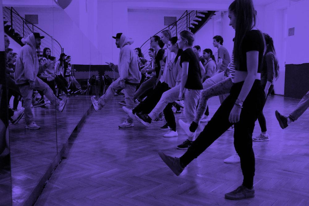 Hip Hop Začiatočníci - Začiatočnícke tréningy sú určené pre všetkých, čo sa chcú naučiť tancovať základy hip hopu a rôznych street dance štýlov. Nevadí ak ste pred tým netancovali, my vám všetko vysvetlíme!