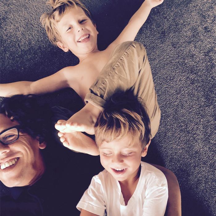 Risas y risas, sea un lugar chico o grande, así estos tres son (casi siempre).