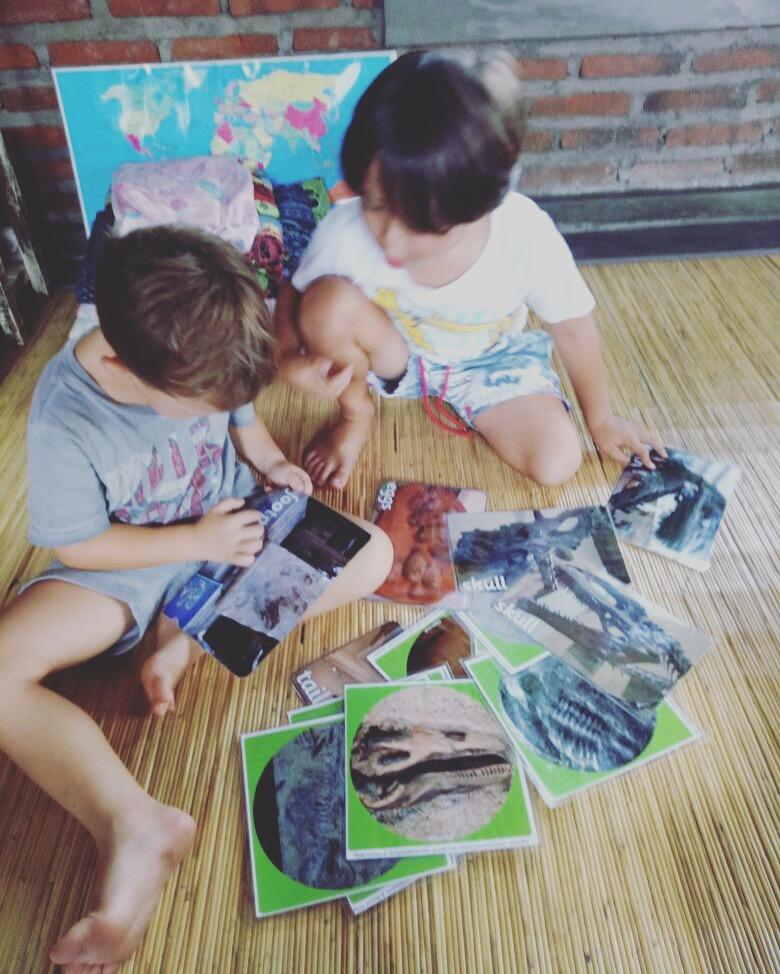 Beni con sua amigo Rio, en la escuela de Bali investigando sobre dinosaurios.