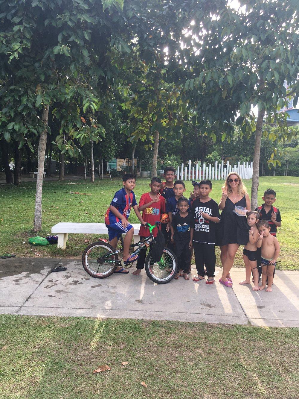 En un parque de Penang, Malasia. Los chicos se hicieron amigos de este grupo de niños y uno fue a su casa a buscar galletas hechas por su mamá, para compartir con nosotros.