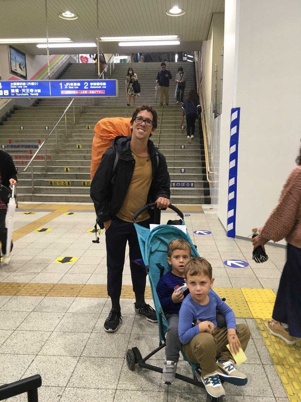 En el subte de Japón, la mochila fue perfecta.