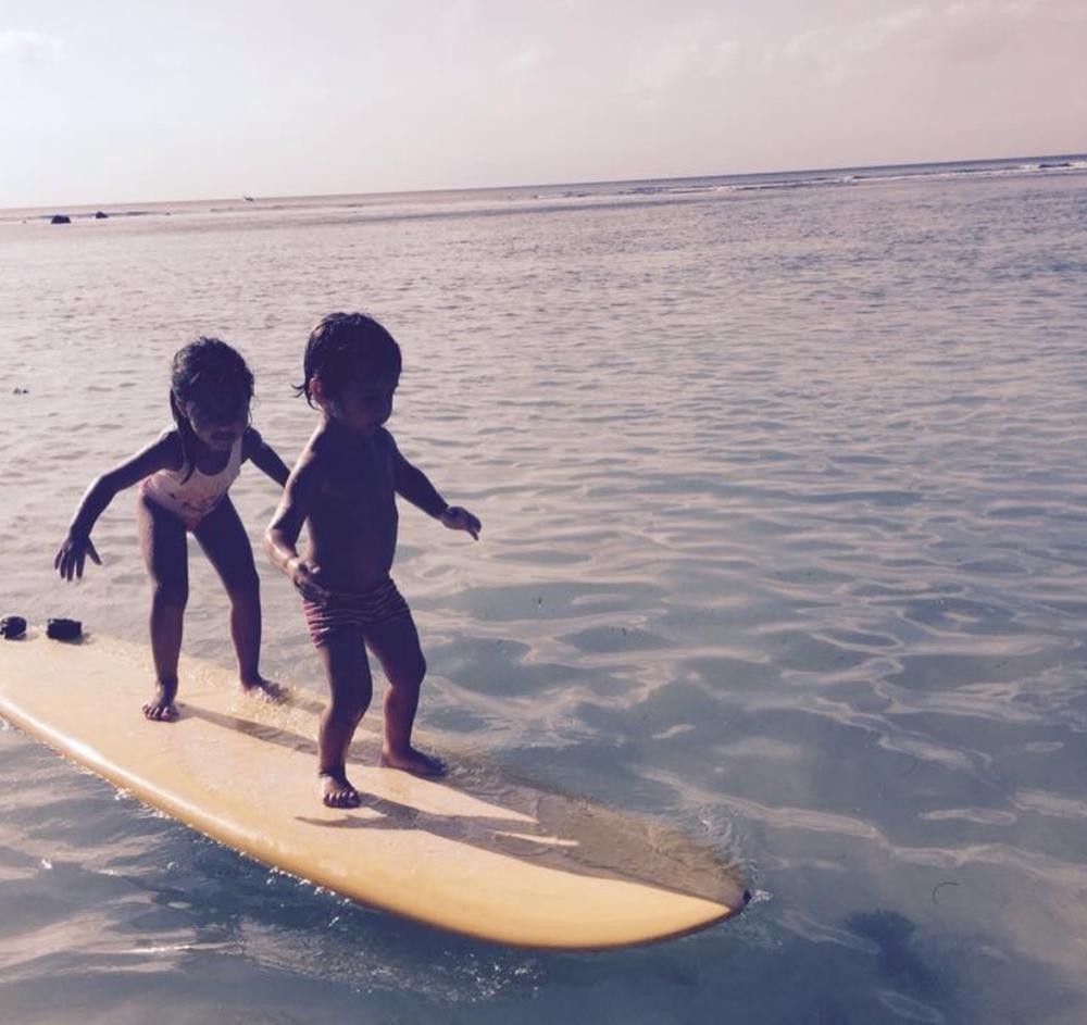 Julia y Blas, un poco de surf. Atrás, padres empujando ida y vuelta, por un largo rato.