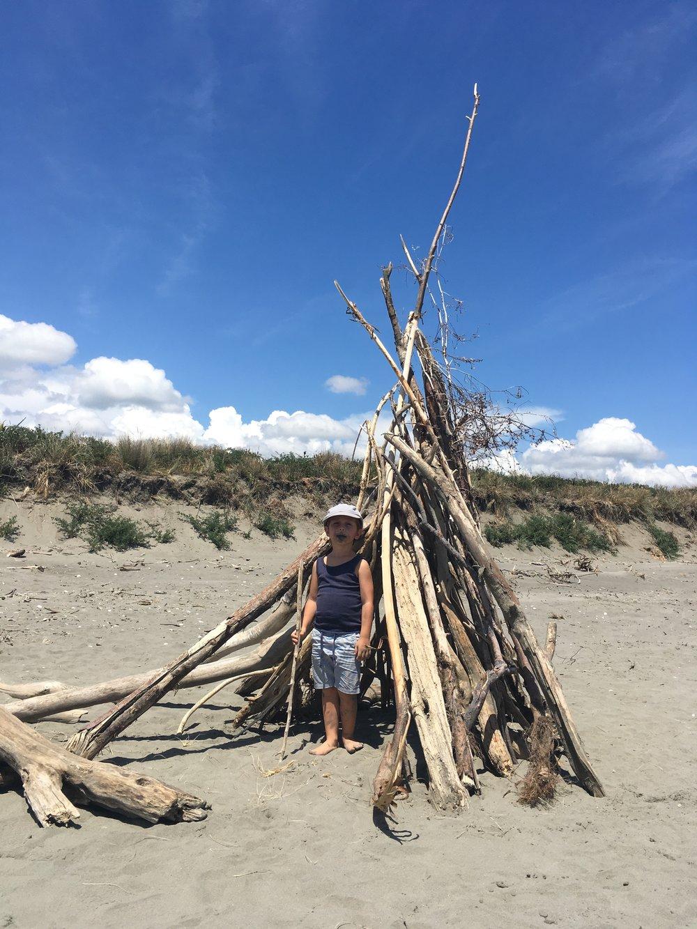 Encontramos esta carpa de palos en la playa. Salieron corriendo a jugar a los indios y ninjas.