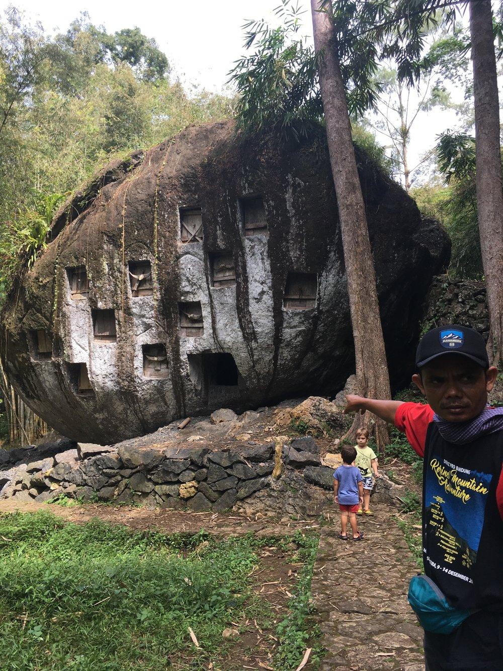 Con Ino, conociendo Toraja. En la roca, algunas tumbas.