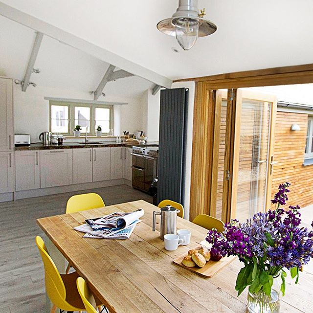 Brighten up blue Monday with breakfast and a bouquet in Barnwells open-plan kitchen and dining area! . . . #barnwellcottage #cornwall #bluemonday #mondaymotivation #uniquehome #kitchendesign #brunch #breakfast #morningcoffee #interiorinspiration #diningtable #staycation #selfcateringcornwall #villagelife #cornishcottage #houzz #mydomaine #howyouhome #styleit