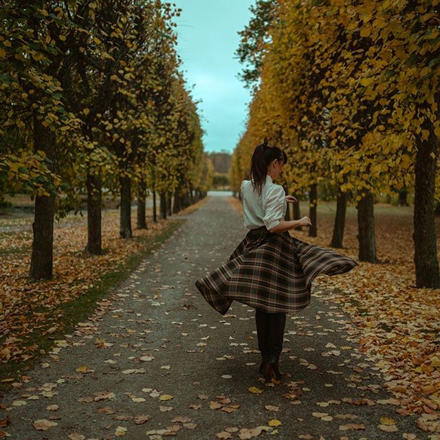 Was in Sweden less than two days in October, but did manage to do a quick improvised photoshoot with @lollalo for @vintagefromparis! 🙌🏼 Also, you know it's fall in Sweden when you go from ISO 100 to 500 in less than twenty minutes.