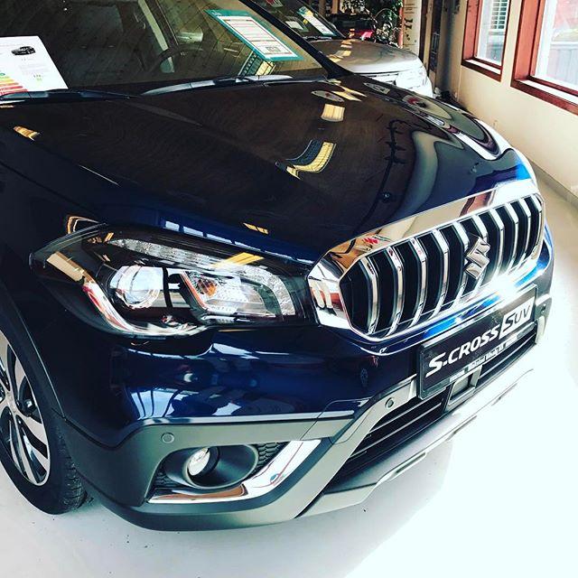 Suzuki S-Cross SUV kan fås i en meget innbydende blåfarge som glitrer i sola! Kom innom og se selv! :) #suzuki #hemne #kyrksæterøra #scross #suv