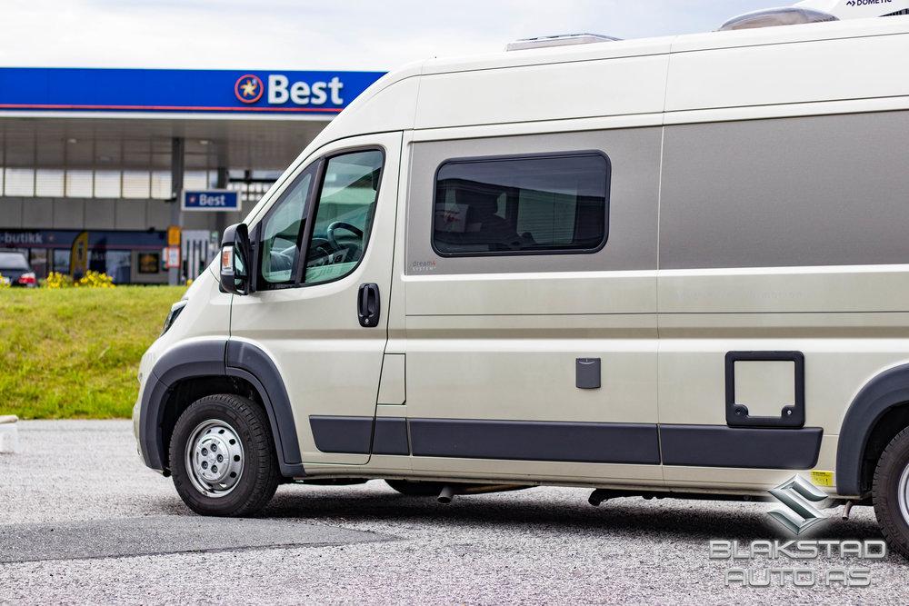 Webasto - Hybridvarme fra Webasto bruker diesel for å varme opp bilen og gir mange fordeler fremfor å bruke gass som oppvarming. Man slipper å bytte gassflasker i kulda, og man kan la varmen stå på mens man kjører. Systemet er også plassbesparende og reduserer vekt som kan være en stor fordel i en bobil som fylles opp med diverse utstyr når man skal på ferie. I tillegg er det svært brukervennlig, man trenger bare å fylle diesel på tanken. Hybridløsningen er en kombinasjon av en diesel til luftvarmer og en gassdrevet varmtvannsbereder fra Whale. Hele systemet er energibesparende, brukervennlig og effektivt.