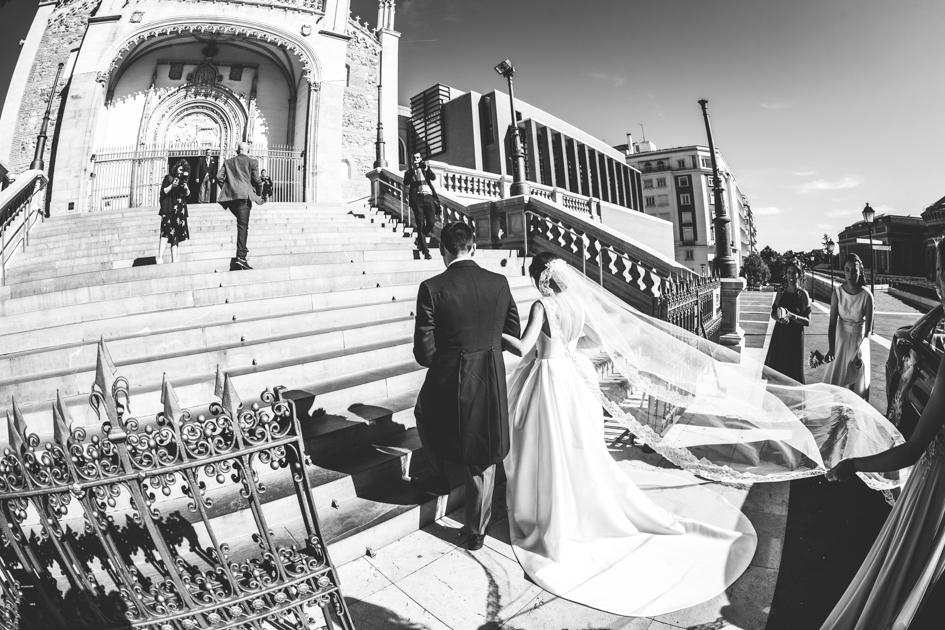 Novia subiendo escalinata de Los Jerónimos