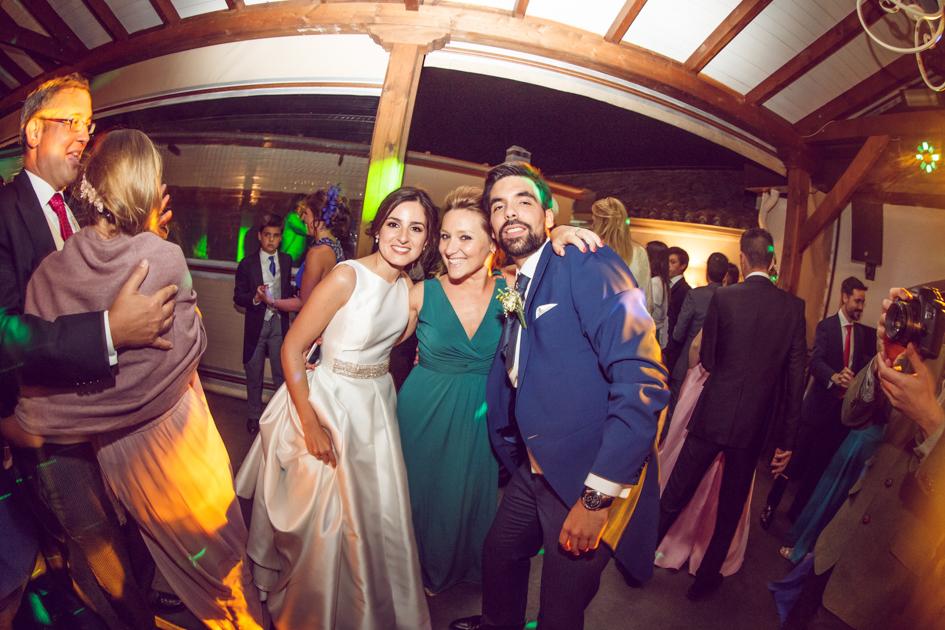 novios y una invitada durante el baile