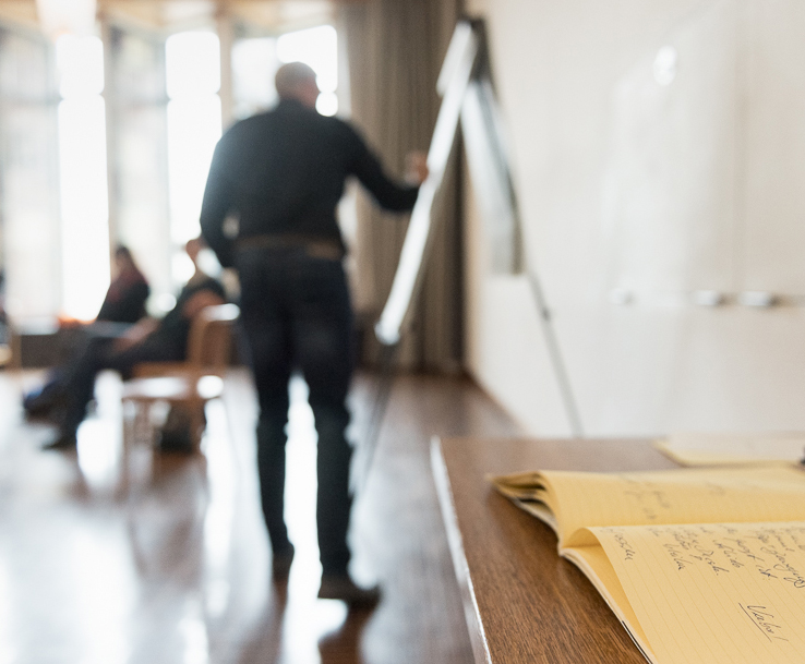 Hier und jetzt. - Inzwischen arbeite ich seit über 20 Jahren als Trainer für Konfliktmanagement und Körpersprache, unter anderem in Schulen, Behörden, Unternehmen und bei der Polizei.Daneben widme ich mich mit Nachdruck einer lebenslangen Passion: Dem Lernen. Als ausgeprägter