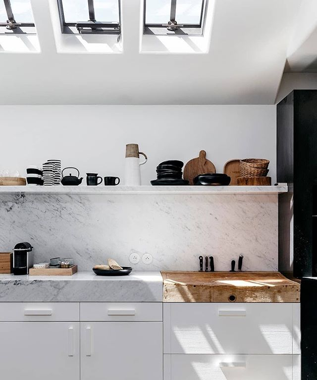 This kitchen design is giving us all the feels today, talk about a true stunner. Photo via @est_living #homestorydesigns
