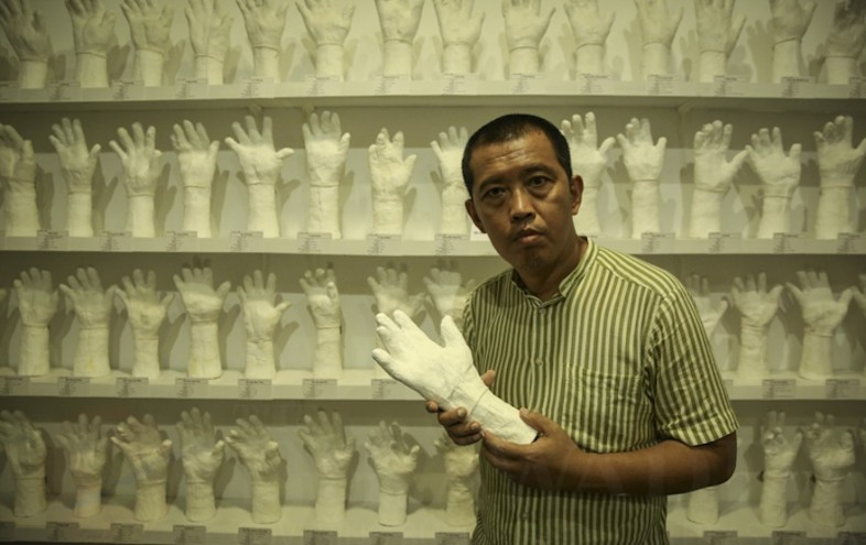 - Born in 1966, Htein Lin first studied law and was active in the 1988 student movement at Rangoon University. He spent several years in refugee camps (where he studied art with Mandalay artist Sitt Nyein Aye) before being detained from 1991 to 1992. He held two solo exhibitions before being arrested in 1998 and jailed on spurious accusations of opposition activity, spending almost seven years in jail (1998-2004). During this time he continued his artistic practice using items available to him, such as cigarette lighters and the cotton of prison uniforms. Once released, he lived in London from 2006 to 2013 before returning to Myanmar in July 2013.