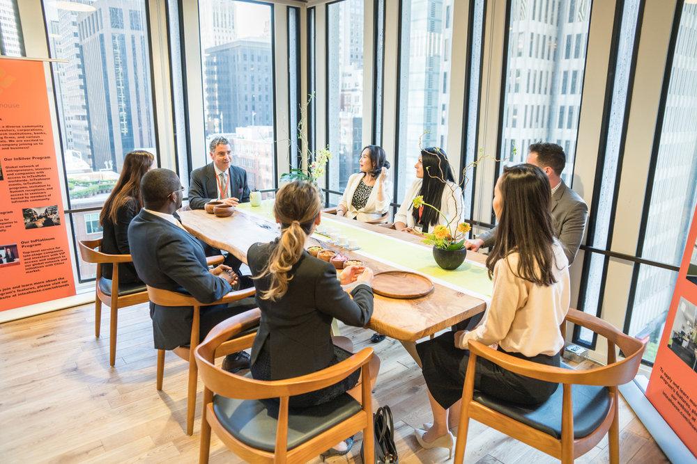 InTeaHub 科技创投中心位于世界上最具创新精神的城市,是科技与文化相融结合的概念式会议空间,是当地创新者与国际投资者会面及建立关系的源点。 -