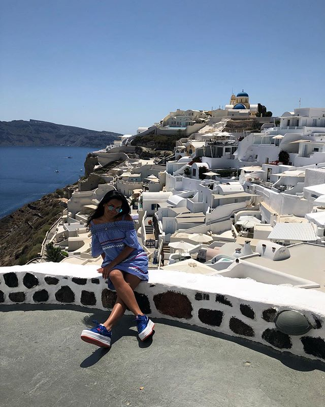 Oia, Santorini, Greece & me smiling. . . . . #Oia #Santorini #Greece #travelbug #travelphotography #travelgram #travelblogger