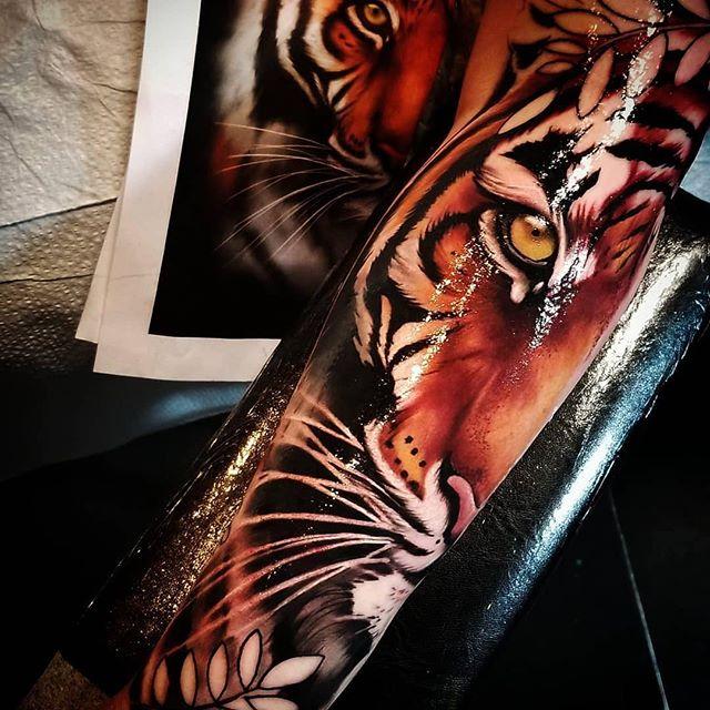 Great tiger by artist @tattoosbychrishuff ・・・ BOOKING JANUARY! @nowornevertattoostudio  #Atlanta #atlantatattooartist #georgiatattooartist #gatattooers #colortattoos #bestoftheday #tattooideas #stencilstuff #tattoosofinstagram #bloodhoundirons #ink #brunswickga #tattoomodel #tattoomachine #inked #sullenartcollective #hivecaps  #stsimonsisland #tattooart #tattoosformen #inkedmag #tattoolife #rosetattoo #besttattoos