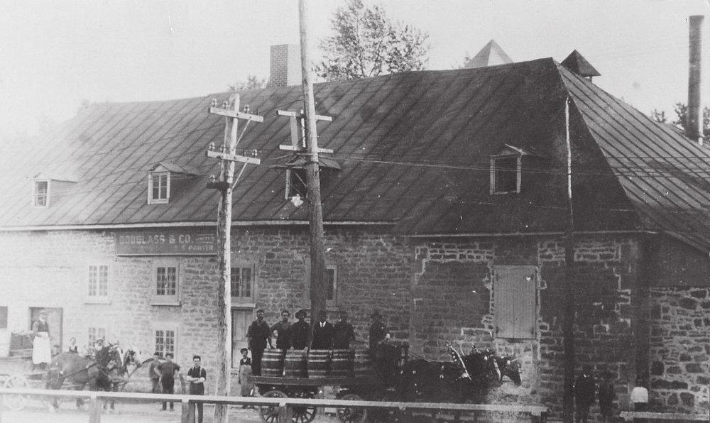DISTILLERIE JAMES PORTEOUS - Située sur la rue de l'église où l'on retrouve aujourd'hui le bureau de poste, la distillerie de bière et de whisky aura un impact majeur sur le développement de Sainte-Thérèse.