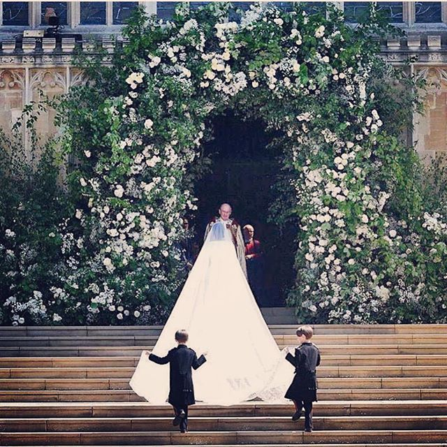 That archway 🌿 🕊🌿 • • •  #weddingdress #archway #weddingarch #windsorcastle #meghanmarkle #harryandmeghan #givenchy #pageboy