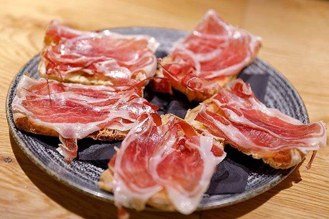 ¡Que no falte la tapita de jamón ibérico para estas fiestas… ni para el resto del año! 😉 . . #BilbaoBerria #GrupoBilbaoBerria #Barcelona #Bilbao #FelicesFiestas #Navidad #FelizNavidad #Christmas #MerryChristmas #Gastronomía  #JamónIbérico #ExperienciasGastronómicas #BilbaoTurismo #TurismoBarcelona #Food #Foodie #Foodies #Restaurants #ResturantesBilbao #BarcelonaRestaurants  #Restaurantes #IgersBilbao #IgersBarcelona