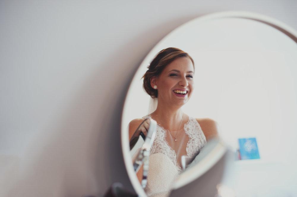 hochzeit-portrait-spiegel-lachen-braut.jpg