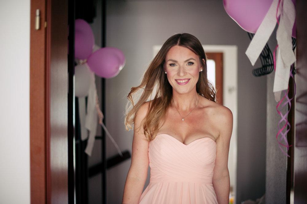 hochzeit-brautjungfer-rosa-licht-portrait-look.jpg