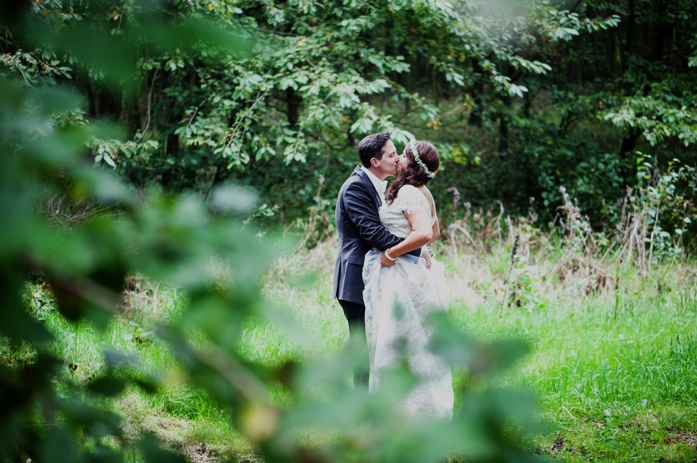 hochzeit-natur-wald-kuss.jpg