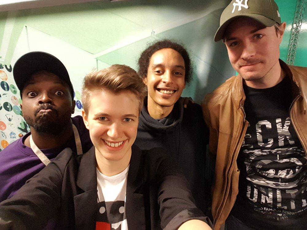 Tillsammans med Kodjo, Victor och David bakom kulisserna i studion.