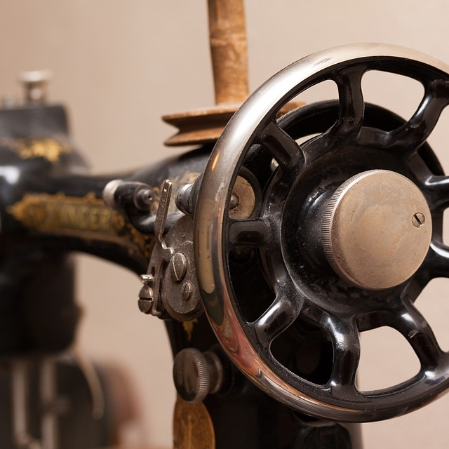 Textielbewerking - HandnaaimachinesTrapnaaimachinesElektrische naaimachinesLockmachinesIndustriële machinesStrijkboutenLappen,garen, spelden, etc.