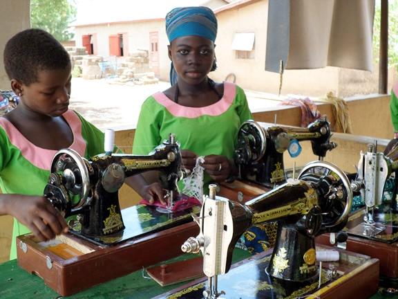 naaimachines bij YDRC Ghana.jpg