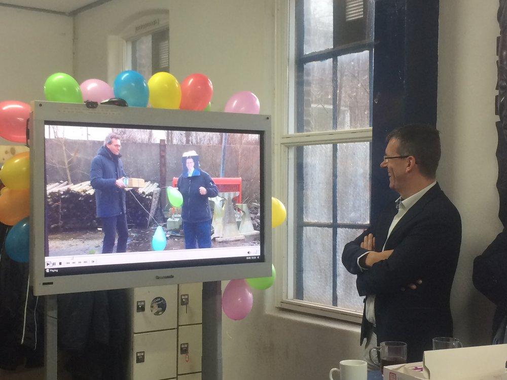 Wethouder Joost Reus wordt verrast door zijn digitale evenbeeld.