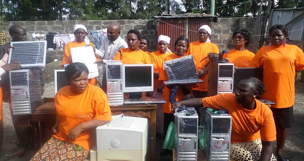 Nakuru Women ontvangen computers.jpg