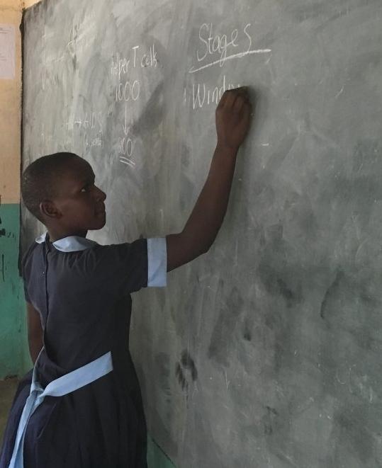 bij het schoolbord, Rieko Kenia.jpg